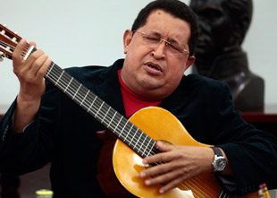 Hugo Chávez canta y toca la guitarra