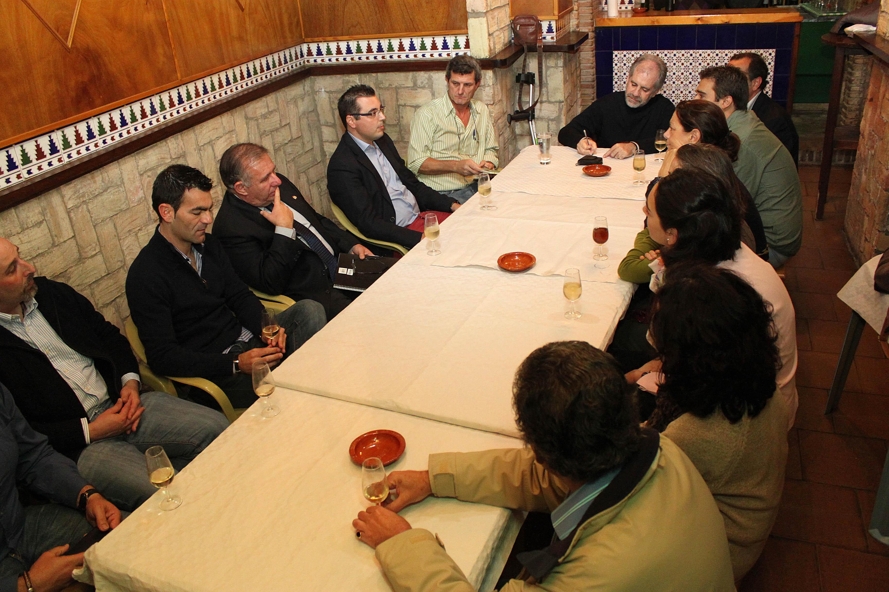 'Política y Vino' nace con una charla sobre 'Comunicación y Defensa'