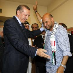 El primer ministro turco junto a un militante pro-palestino.