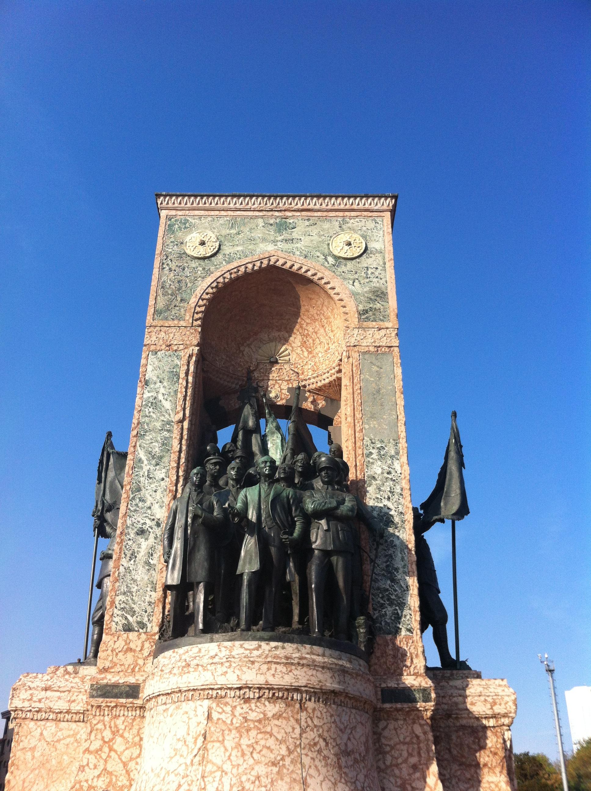 Estatua a patriotas turcos en el centro de Estambul.