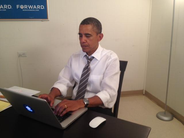 Obama escribiendo en el ordenador.