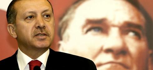 Líder AKP ante Atatürk.