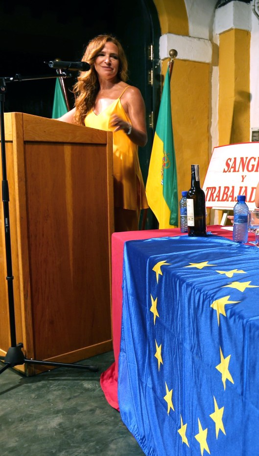Jiménez-Becerril junto a la bandera europea en la entrega de premios de Consumidores Europeos en Acción.