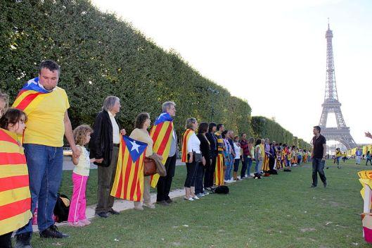 Independentistas catalanes junto a  la Torre Eiffel.