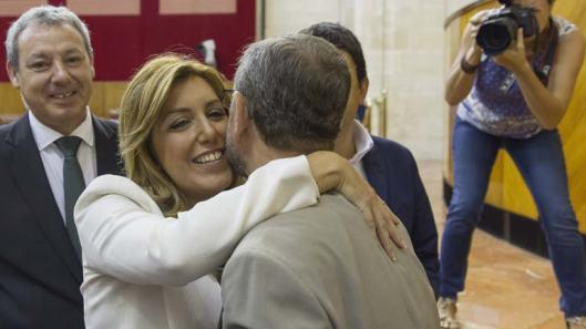 Susana Díaz abraza a un compañero en el Parlamento de Andalucía.