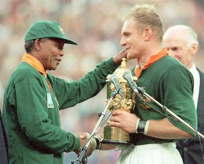 Mandela le da la mano al capitán de la selección sudafricana de rugby.